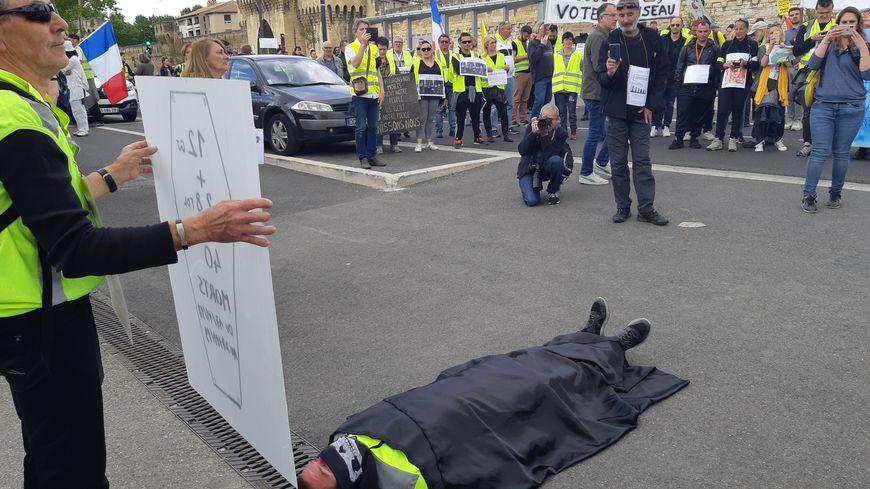 Une minute de silence trés symbolique devant l'hôtel de police avignonnais à propos des disparus dans les rangs des gilets jaunes depuis le début de l'année mais aussi dans les rangs de la police