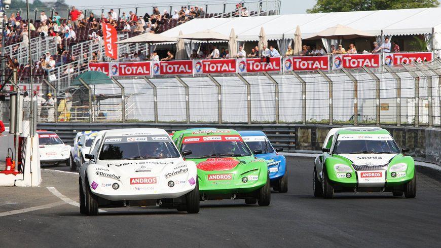 Attention au Grand prix de voitures électriques. La course a lieu dans le quartier des Invalides.