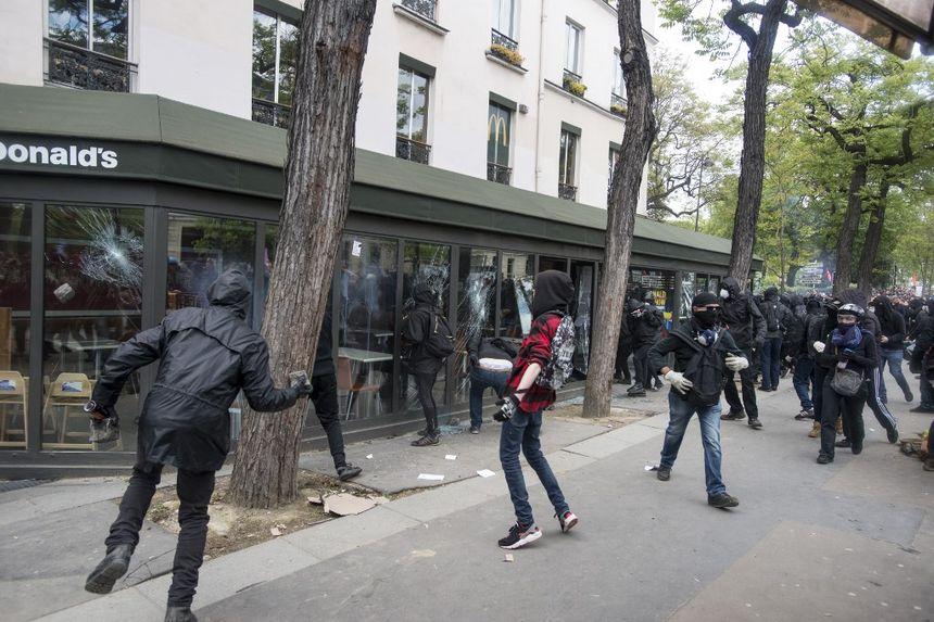 """A Paris, 1.200 """"black blocs"""" avaient perturbé le 1er-Mai l'an passé en vandalisant notamment un McDonald's"""