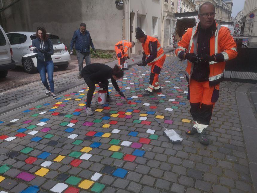 Les pavés ont été peints ce mardi matin, par les commerçants, les riverains, les passants... Et aussi des professionnels.