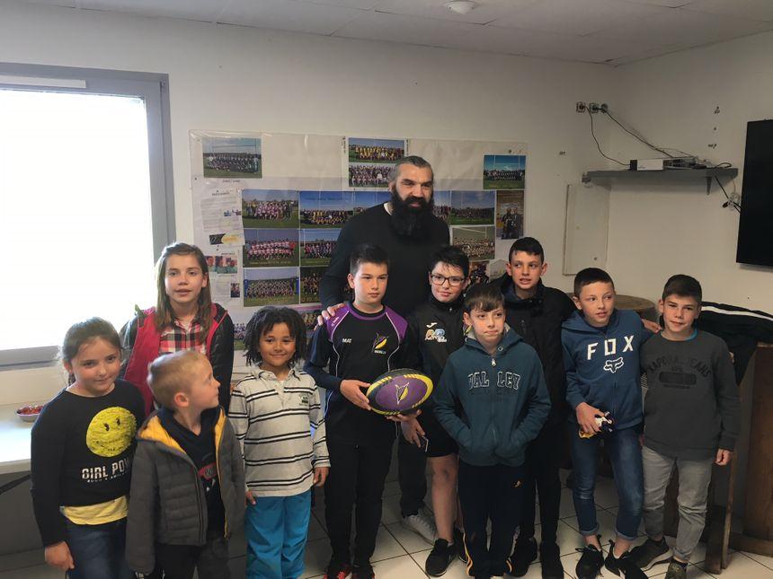 Après l'école, les enfants de Beauvallon se sont précipités au stade pour rencontre leur idole