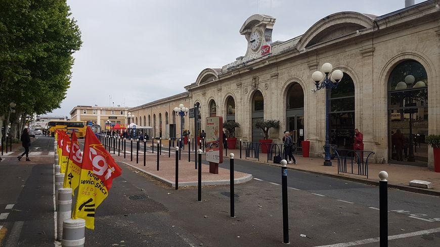 Mobilisation du personnel SNCF devant la gare de Béziers