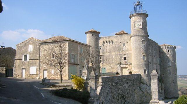 Le Château de Lussan qui héberge la Mairie