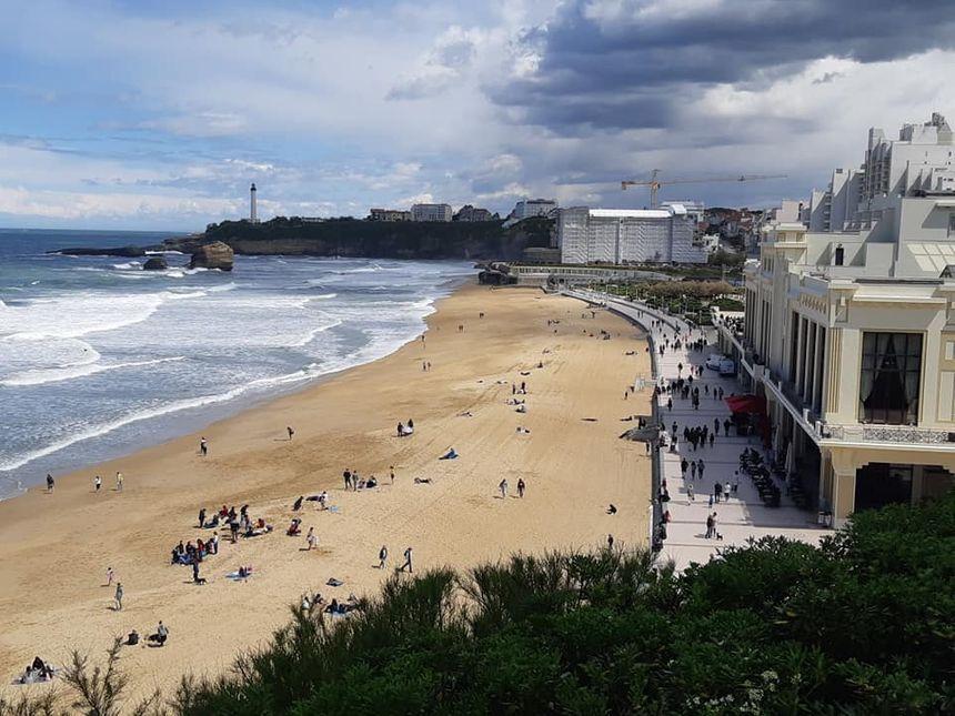 Pas de touristes ni de surfeurs pendant le G7 sur la Grande Plage de Biarritz. Au coeur de la zone rouge, elle sera interdite aux baigneurs et aux activités nautiques du 23 au 26 août. - Radio France