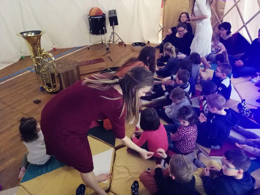 Au cours du spectacle les artistes ont offerts des graines à ces enfants.