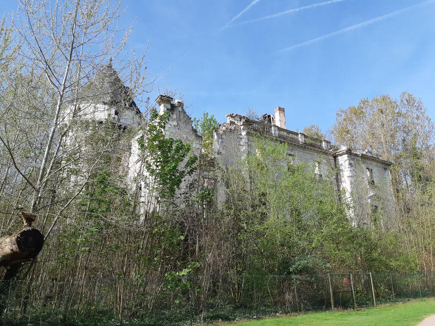 Depuis le terrain de golf municipal, on peut apercevoir le château qui tombe en ruine