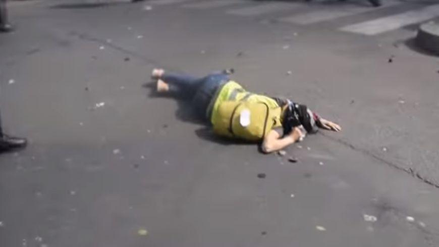 Mélanie s'est effondrée après avoir reçu un violent coup dans la nuque par un policier