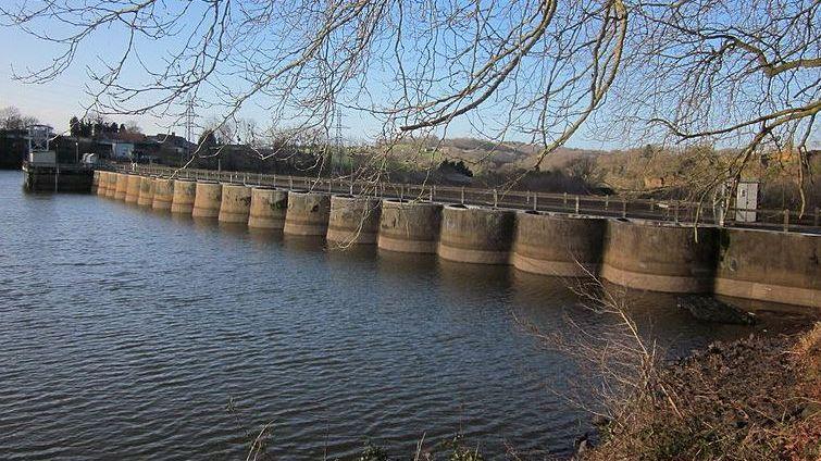 La vidange du barrage de Vezins a débuté en vue de sa destruction.