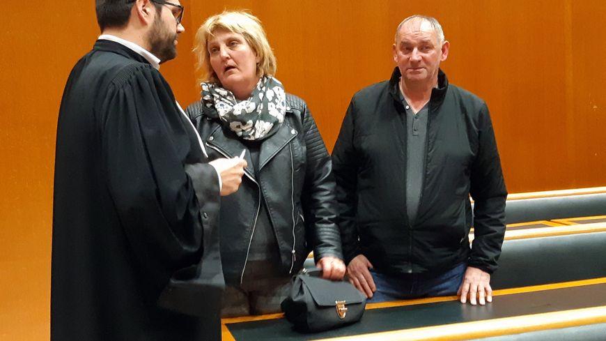 Valérie et Fabrice Guillaume avec leur avocat, après la condamnation de Philippe Gillet pour le meurtre de leur fille Anaïs