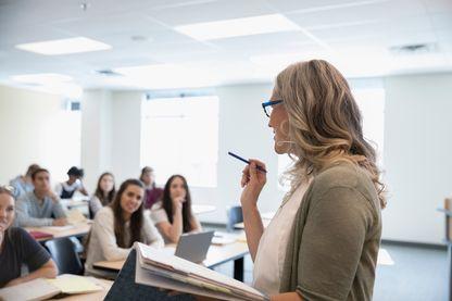 Professeure devant ses élèves.