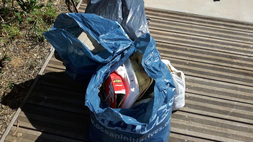 Dans les sacs poubelles, emballages de sandwichs, gâteaux, mais aussi lingettes hygiéniques.