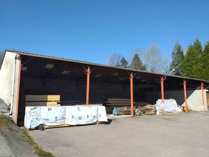 Un grand hangar chez Papeix afin d'habriter le bois