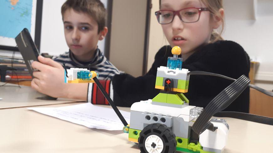 Des robots Wedoo dans une structure modulable en Lego peuvent être programmés depuis une tablette