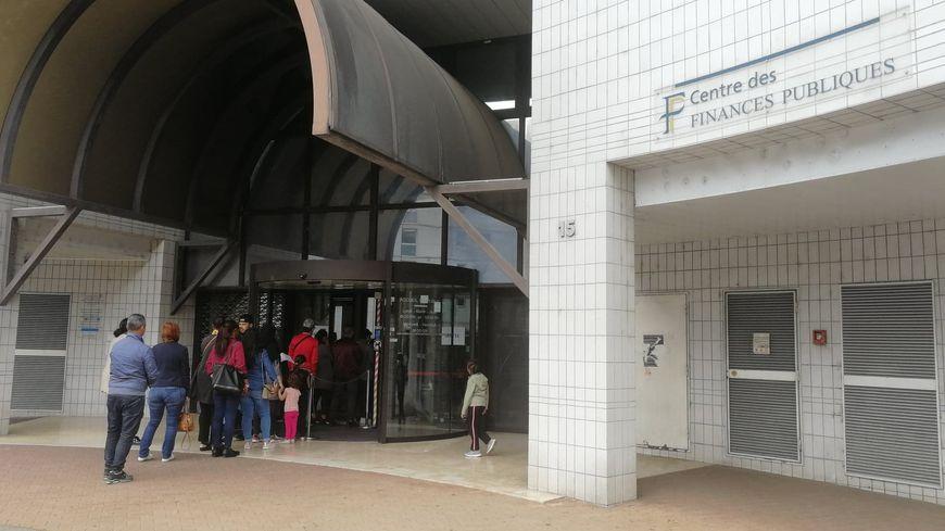 Affluence dans le centre des finances publiques de Valence