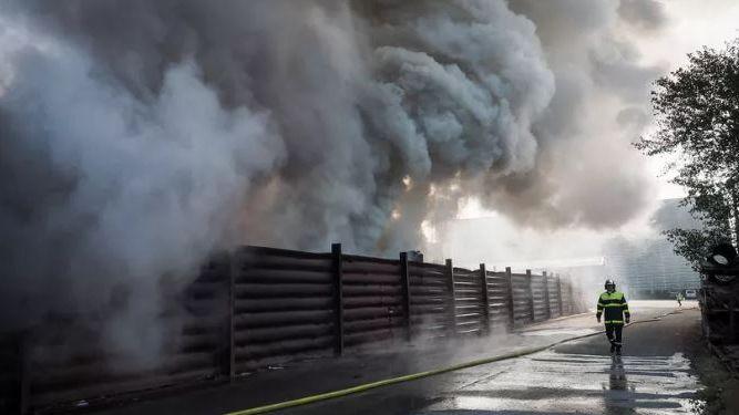 Illustration d'un panache de fumée visible à des kilomètres à la ronde