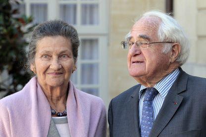 Simone et Antoine Veil dans la cour de l'Hôtel Matignon à Paris, le 17 septembre 2010.