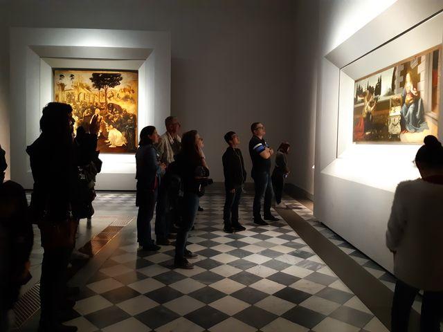 """Au musée des Offices, à Florence, on se bouscule devant """"L'Adoration des mages"""" et """"L'Annonciation"""" (à droite), deux chefs-d'œuvre de Léonard de Vinci."""