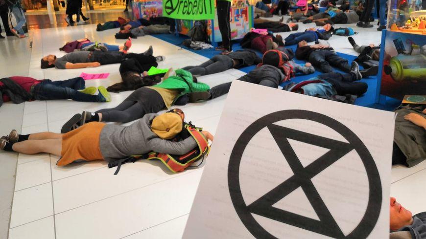 Extinction Rebellion est né à Londres en 2018, c'est un mouvement qui veut sauver al planète grâce à des actions coup-de-poing
