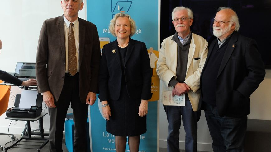 Serge Boyer, le directeur des C.P.A.M. de Seine-Maritime en compagnie de la directrice du CHU de Rouen Véronique Desjardins et des représentants de France Assos Santé Normandie