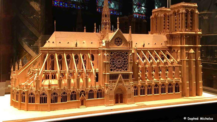 Maquette de Notre-Dame de Paris, exposée dans l'un des bas-côtés de l'édifice