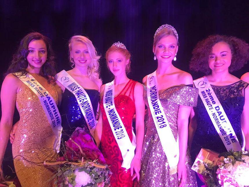 La nouvelle Miss Haute-Normandie et ses deux dauphines, a droite et à gauche sur la photo