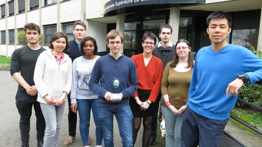 """Les neuf étudiants lauréats du challenge """"Innov Chem"""" de l'ENSCR"""