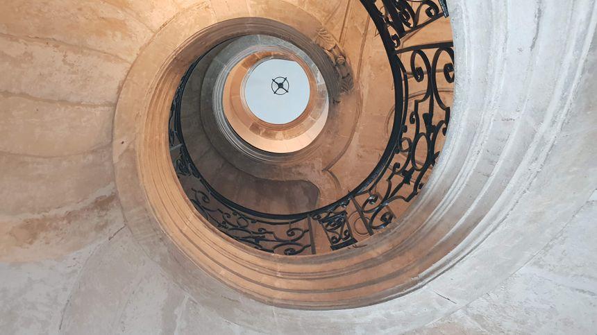 l'escalier rond vu du rez-de-chaussée