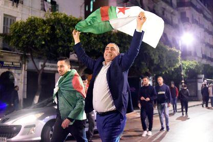 Les algériens célèbrent la démission d'Abdelaziz Bouteflika, à Alger, le 2 avril 2019.
