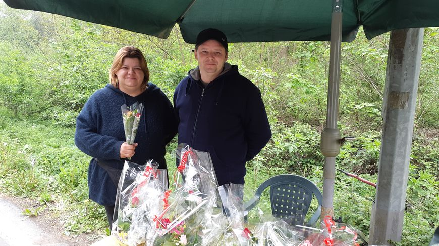 Ludovic et sa sœur vendent du muguet en famille depuis 20 ans dans le Pas-de-Calais
