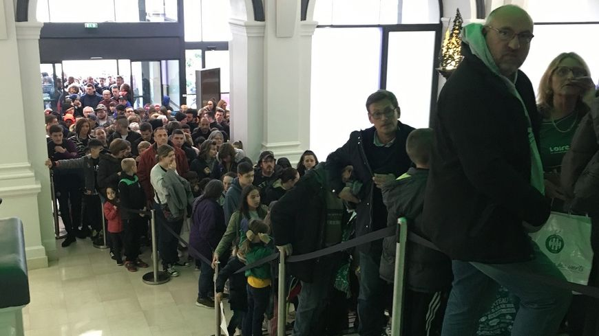 La file d'attente était longue dans le hall de l'hôtel de ville de Saint-Étienne.
