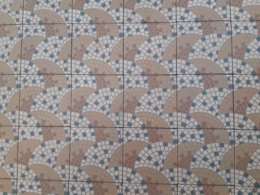 Le carrelage en forme d'éventail, rappelle les motifs du plafond