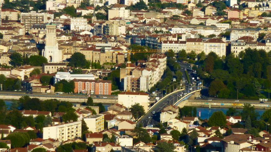 Vue générale de Valence dans la Drôme avec le Rhône et l'autoroute A7