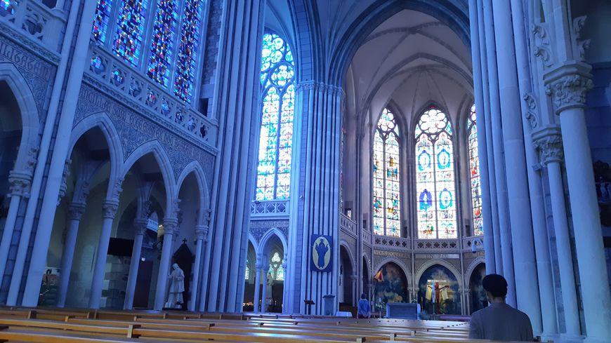 à l'intérieur de la basilique de Pontmain en Mayenne
