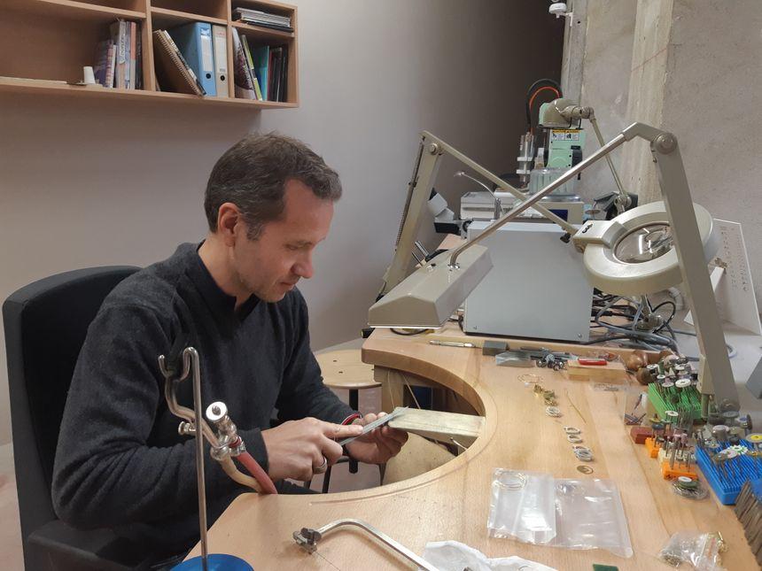L'atelier du bijou de Saint-Martin-de-Valamas (Ardèche), c'est aussi une pépinière d'entreprises. Trois créateurs de bijoux y sont installés. Ici, Sébastien Philip dans son atelier. 5 avril 2019. - Radio France