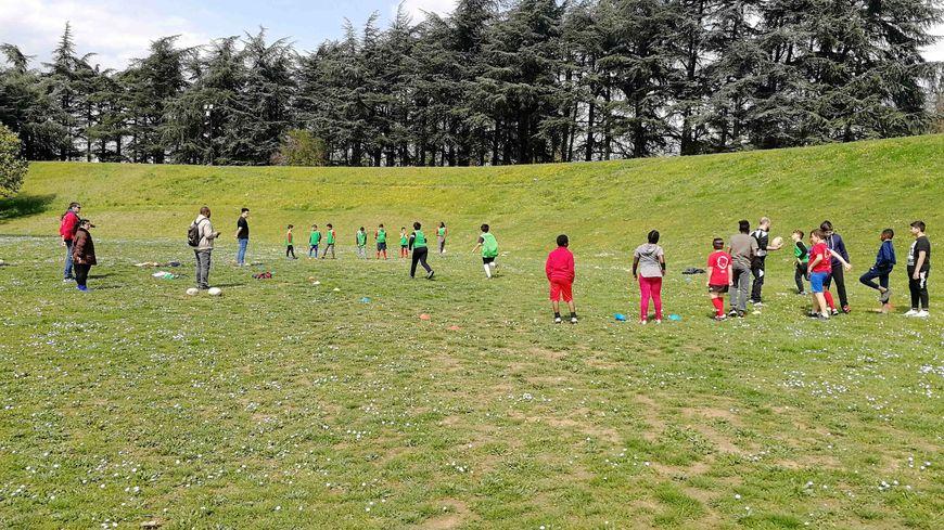 Entraînement de rugby des enfants de Planet Rugby au Parc Jean-Perdrix de Valence