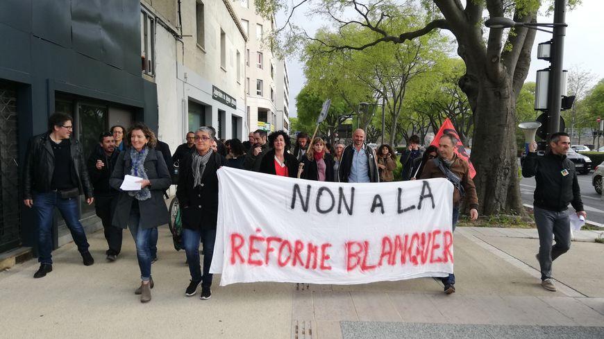 Une quarantaine de professeurs du lycée Ernest Hemingway ont manifesté à Nîmes contre la réforme du lycée