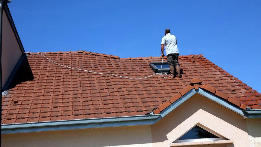 Les escrocs démarchaient depuis plusieurs années des personnes âgées, parfois de manière agressive, en leur proposant des travaux divers de nettoyage et de démoussage de toitures.