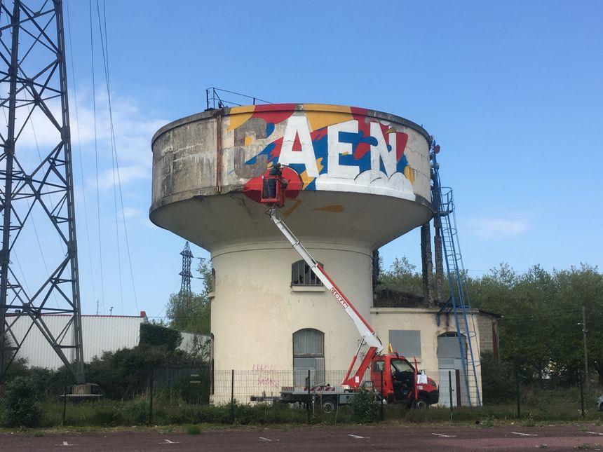 Deux jours et une nacelle ont été nécessaires pour peindre l'édifice