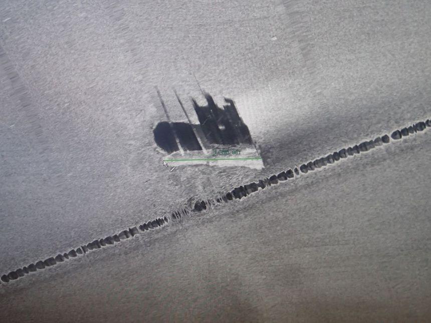 L'épave du Grande America posée à la verticale sur le fond sableux à 4 600 mètres de profondeur