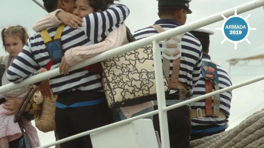 """Une Rouennaise dit """"adieu"""" à un marin."""