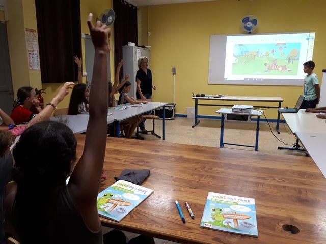 A la Réunion, à l'école Philippe Vinson, cours de prévention contre les catastrophes naturelles auprès d'une classe de CM2