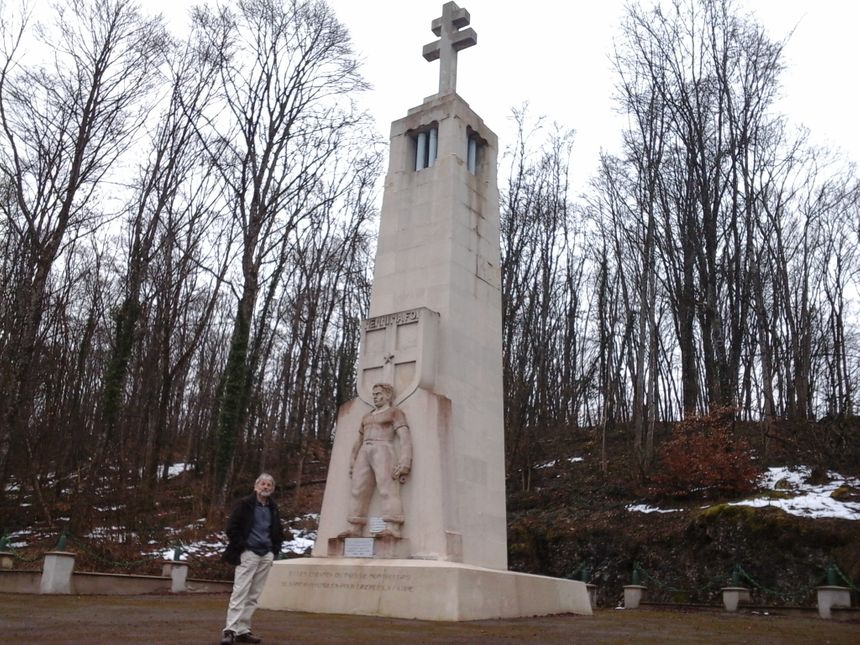Jean-Pierre Marandin devant le monument FFI à la mémoire des Résistants, maquisards du Lomont