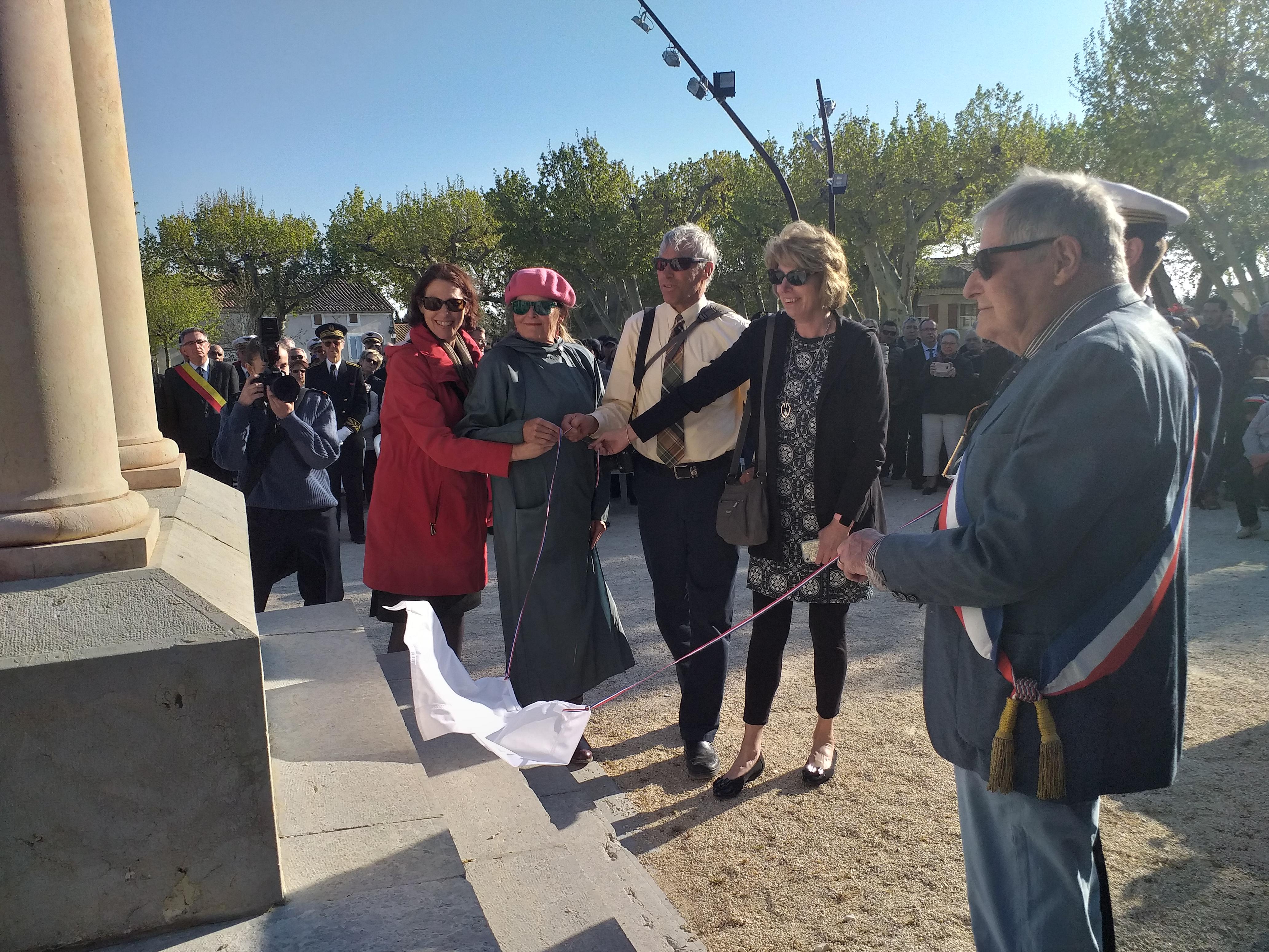 La famille du pilote américain Robert Simpson émue par l'hommage à Rasteau