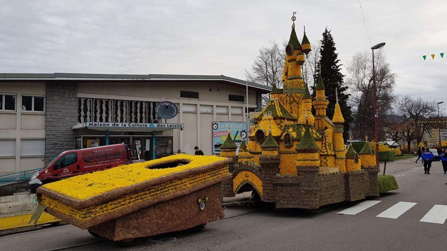 Le char de la Belle au bois dormant lors de la fête de jonquilles a Gerardmer le 7 avril dernier