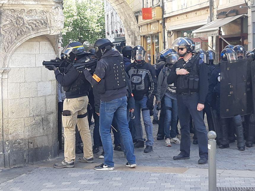 Des policiers prêts à tirer au LBD. Plusieurs tirs auraient eu lieu selon les manifestants, ce que dément le commissaire chargé de superviser les forces de l'ordre.