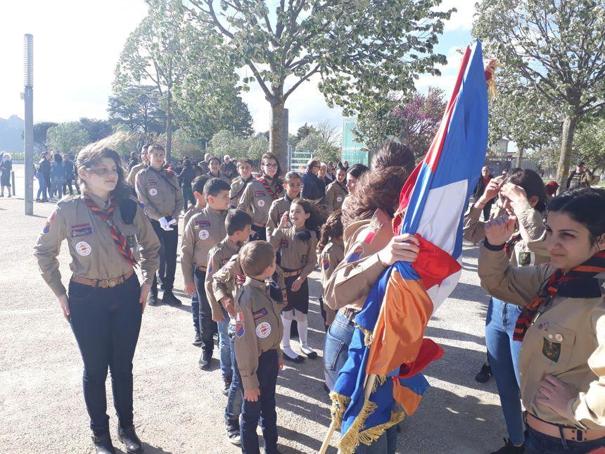 Les jeunes d'origine arménienne, prêts pour le défilé dans Valence
