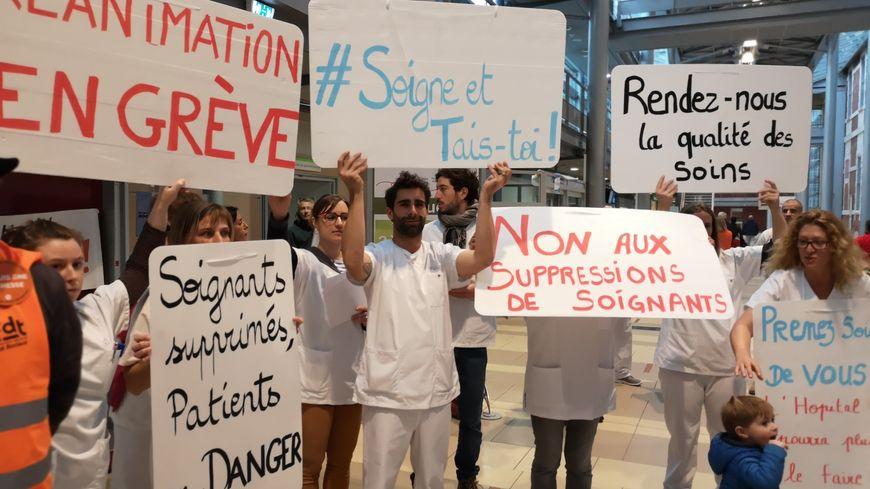 Les manifestants dans le hall de l'hôpital de Bayonne