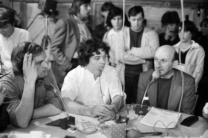 Le secrétaire général de la CGT, Henri Krasucki à droite, interviewé par Marcel Trillat entourés de syndicalistes et de métallurgistes de l'aciérie d'Usinor pendant la la crise sociale du bassin lorrain, le 1er juillet 1979.