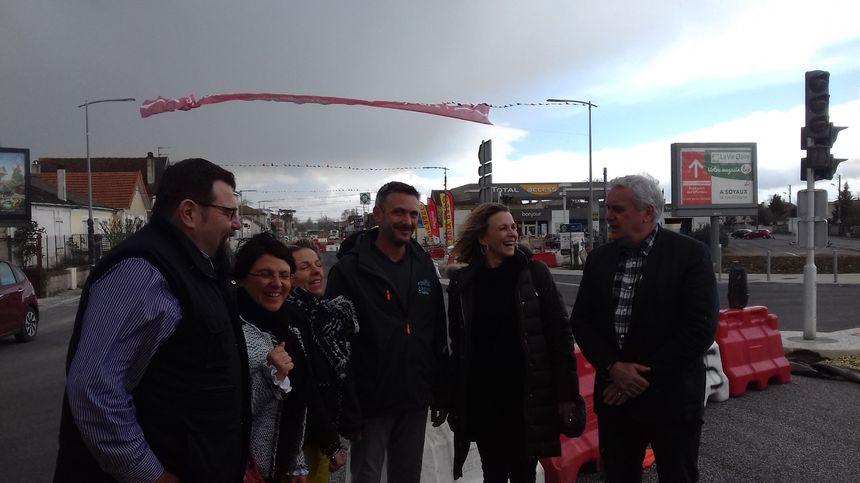 Les élus du Grand-Angoulême et le président de l'association des commerçants devant l'une des banderoles