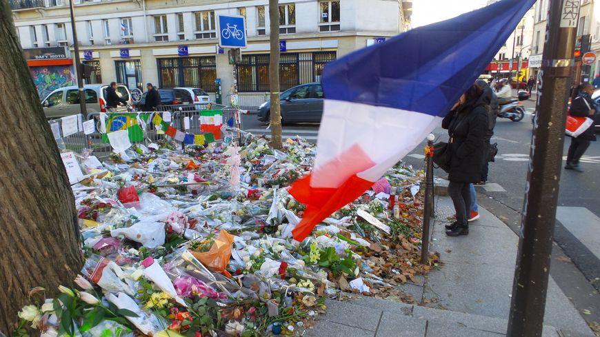 Mémorial éphémère disposé devant le Bataclan à la suite des attaques du 13 novembre (Paris)